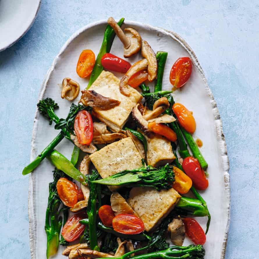 Tau hu xao bong cai ca chua – tofu pillows, tomatoes and broccoli in fish sauce.